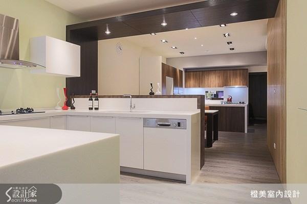流暢的動線安排,讓人可以深度感受不同風格餐廚空間,明亮簡潔的空間設計,突顯出餐廚空間的明確主題。