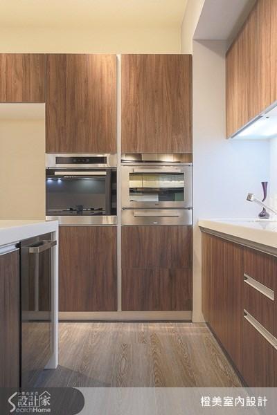 選用木紋地板與廚櫃、門板風格相呼應,營造出空間的一體感,讓人感受到一氣呵成的流暢感。