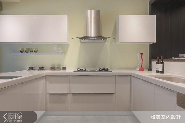 淺綠色系的牆面,映襯出白色廚具與系統櫃的潔淨感,牆面則利用層板或邊架,增加空間的收納性。