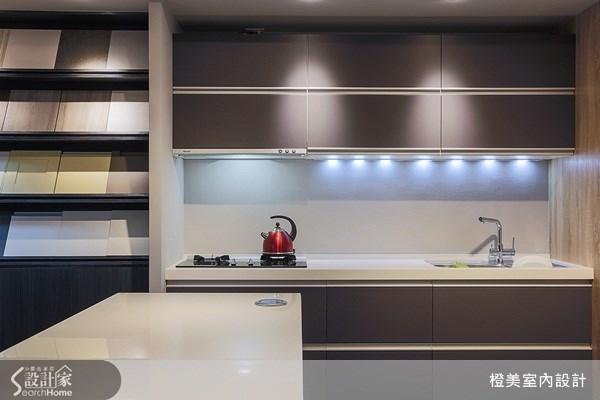 採用相同色系製作建材的陳列櫃,立即將辦公空間與展示空間,巧妙地進行串聯整合,而不會令人感到突兀。