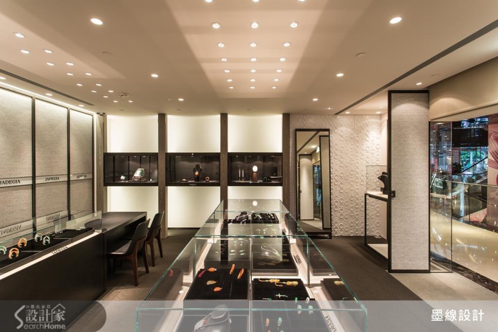空間左側的珪藻土端景牆面為空間帶來簡單而高雅的造型設計,注入清爽的現代美感。