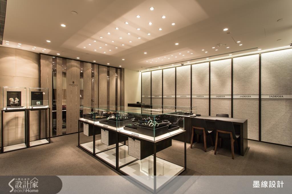 除了玻璃與燈光之外,鏡帶的設計也有加強明亮感的效果,藉由反射特質讓空間更加 Bling Bling。