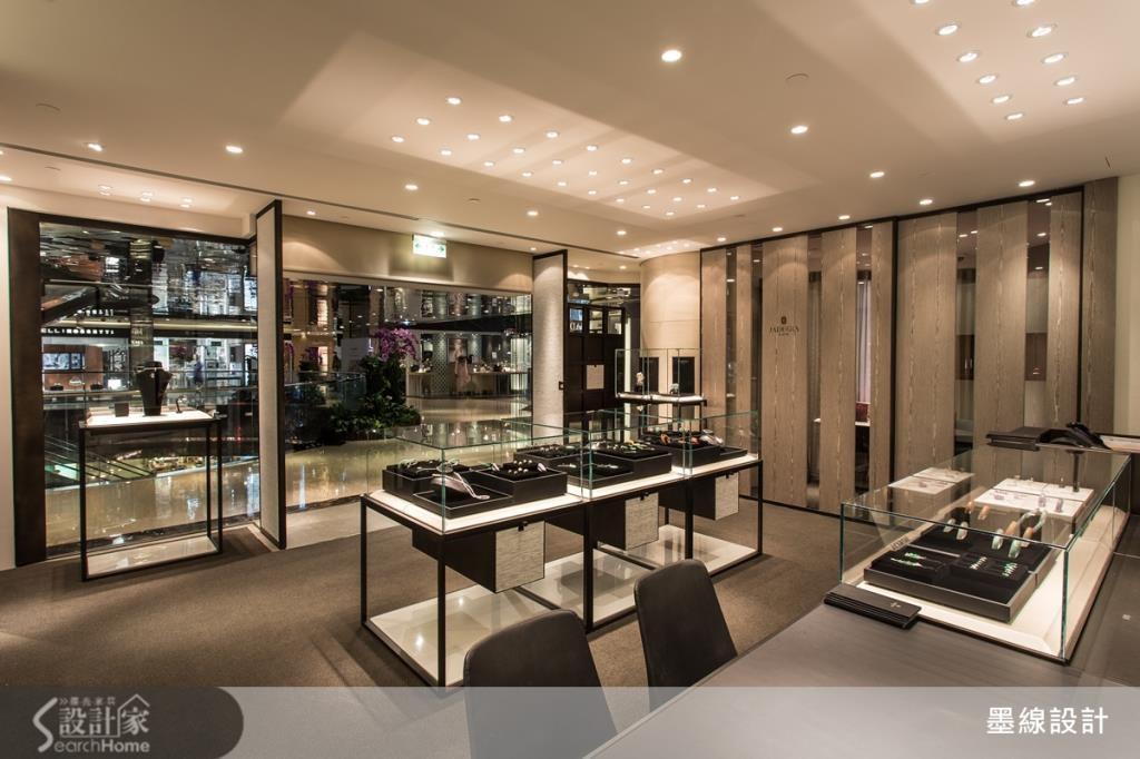 空間整體採取開放而對稱的格局感,讓消費者可以在寬敞的空間中,隨心所欲鑑賞藝術精品。