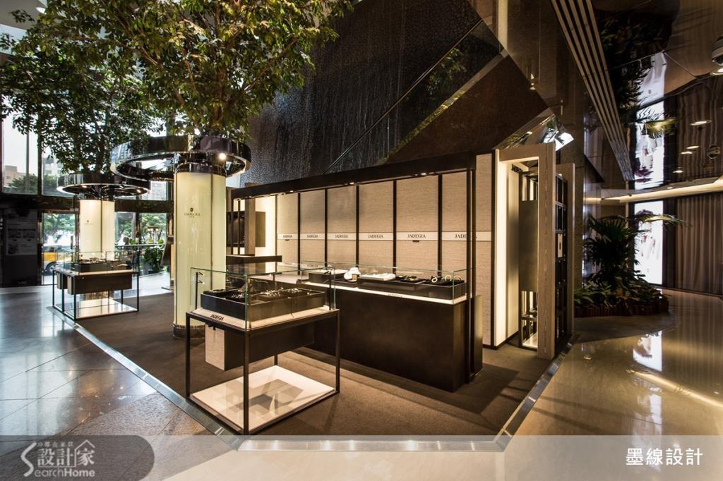外部展示區域與商場的樹木元素結合而成,在黑色鐵件所勾勒的現代感之中增添清爽的自然景象。