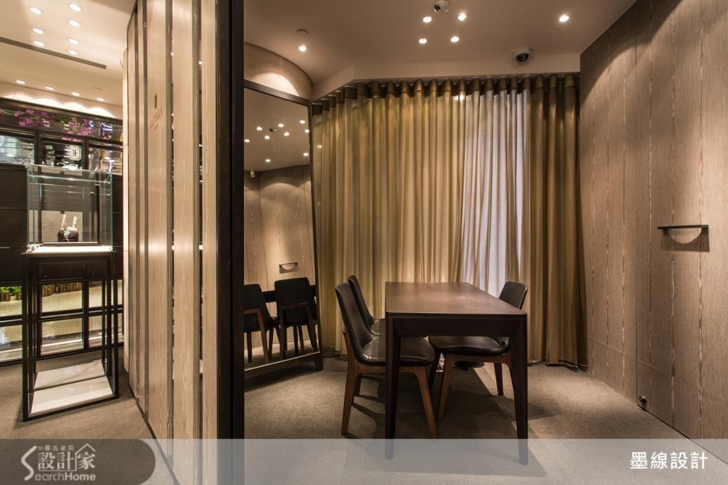 為了讓消費者有更舒適的鑑賞空間,設計師特別打造與國際精品同步的 VIP ROOM ,且用拉簾來維持隱密性,讓人充分感受到賓至如歸的感覺,讓消費者在選購上與隱密上都兼具的貼心設計!