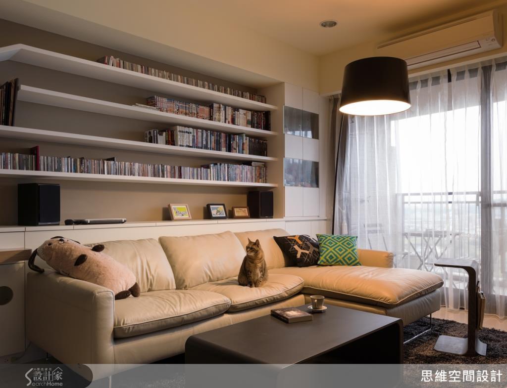 運用簡單時尚的單品,提升空間質感,淺色沙發上的鮮豔抱枕,色調的搭配讓空間更顯活潑。