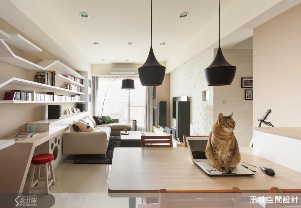 開放式的餐廳,木製桌椅和黑色造型燈具,打造無壓放鬆的用餐空間。