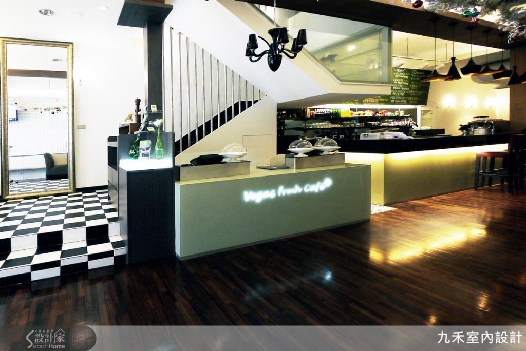 餐廳以綠色搭配木質地板,營造清爽明亮的用餐環境,轉角處的黑白地磚,更增添空間的活潑感。