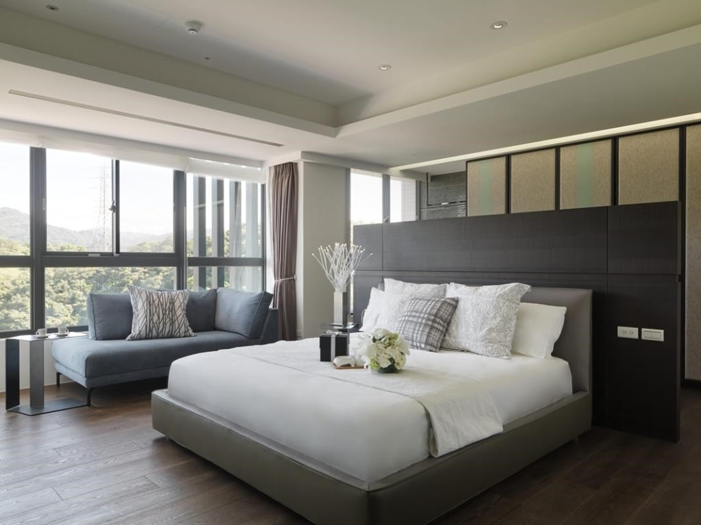 素雅的主臥空間,以金綠色的床架與灰色的床背板雙色搭配,營造出質感。