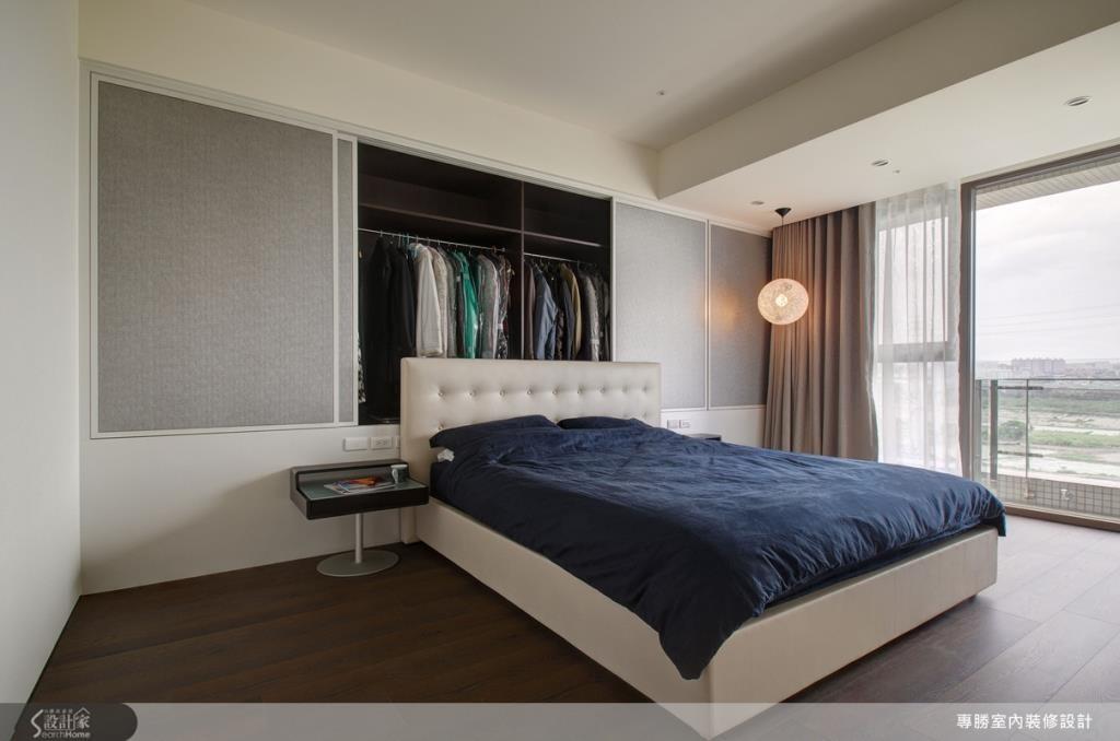 選用內斂感的灰色為床頭主色,隱藏式的衣櫃設計,讓主臥收納空間於無形,簡潔的設計感,無形中也消弭了生活中容易惱人的收納問題,使人充分感受到度假休閒的樂活感。