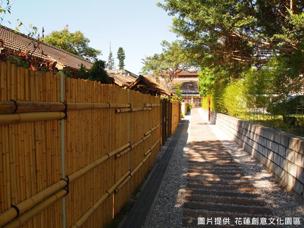 參考京都建築風格,以古式旅社竹籬笆打造屋宅圍屏,在保留了木屋原始外觀的同時,也透過竹編圍籬增加私密性,並兼具環保性。
