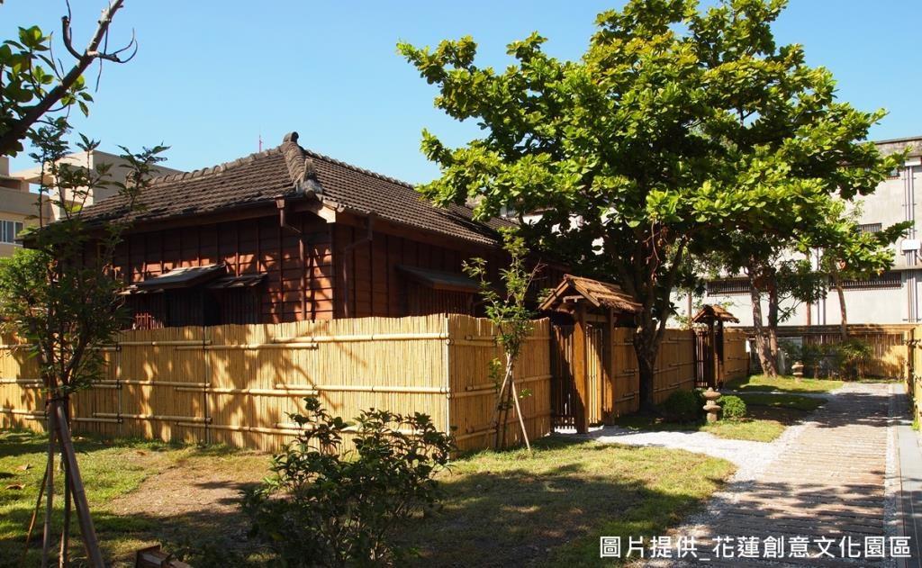 另一步道則為「石燈道」,以碎石打造出日本園藝風,並以石燈做為庭院造景,成為一個傳遞歷史意涵的步道。