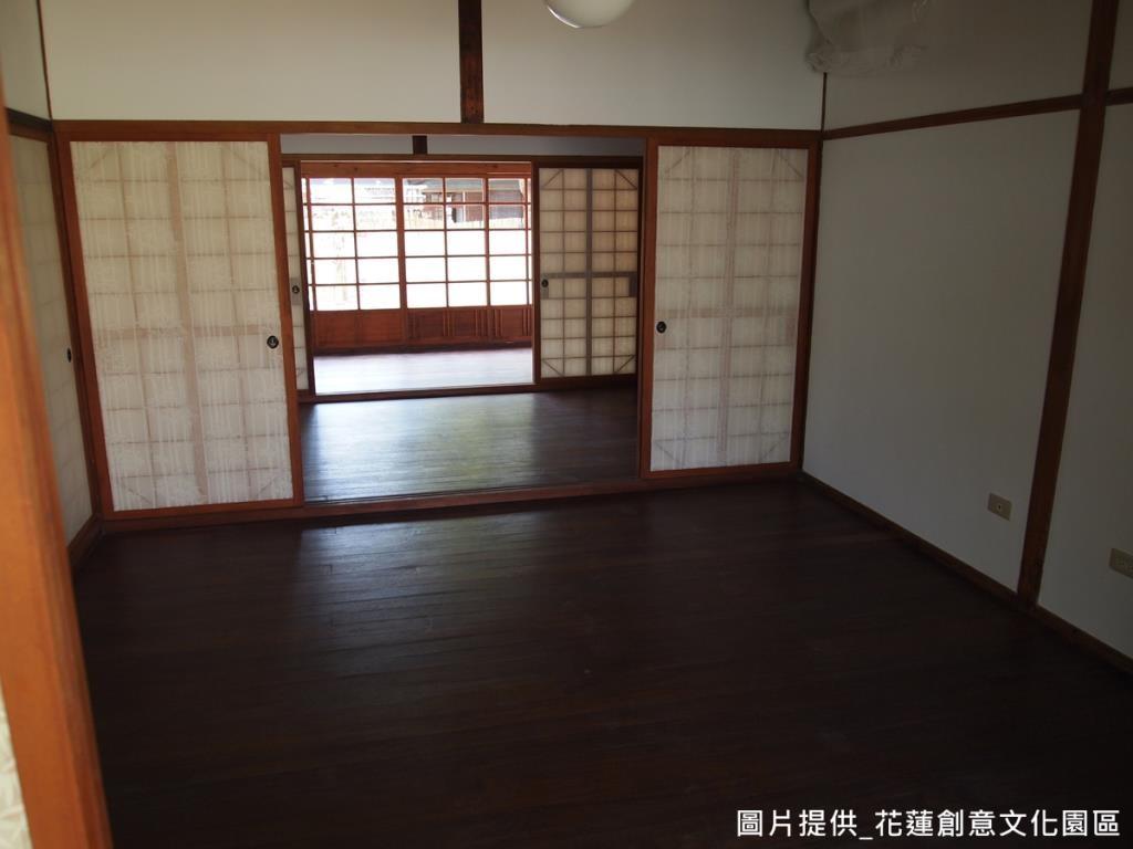 為保有建築物原貌,不做過多的變動,而為了營造日式風情,將家具選配作為一大重點;像是考量到台灣氣候潮濕,選用日本進口榻榻米,具防潮防霉效果。
