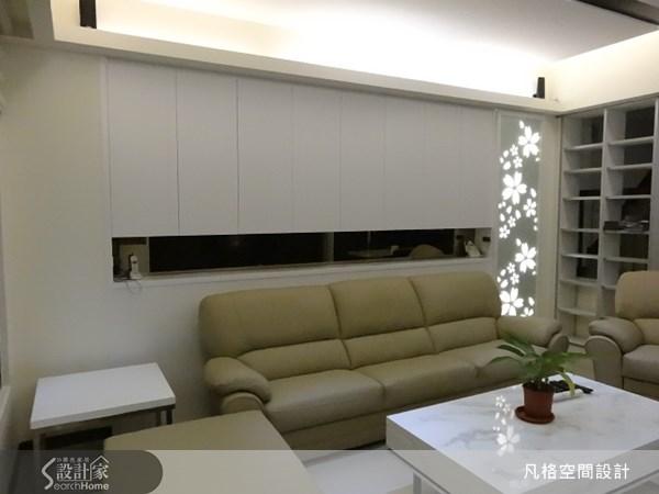 沙發背牆透過中空設計,讓屋主可以運用巧思,放置上別緻的物件,旋即就能讓牆面富有變化性。