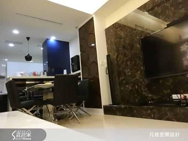 選用大理石作為電視背牆,讓簡約的客廳空間,流露出大器的奢華氣息。