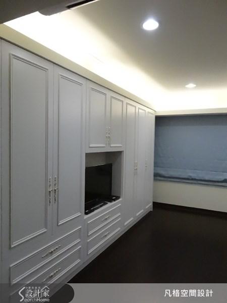 採用帶有古典風的線板,來設計住臥空間的收納櫃體,使空間顯露出柔美的典雅氣息。