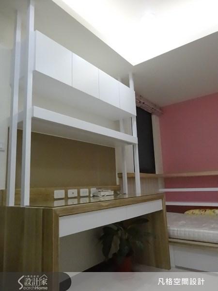 木質書桌搭配上多層櫃體,有效運用書桌上層空間,更讓視覺有向上延伸的效果。