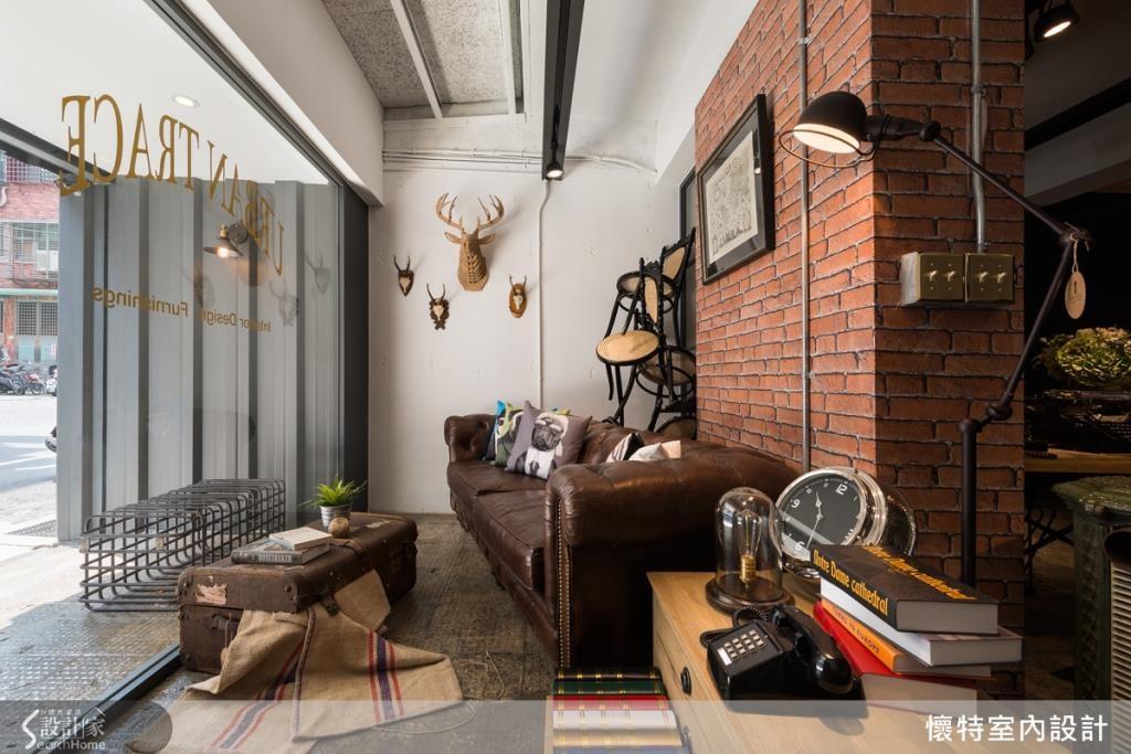 採一整片壓紋鋼板打造門面,利用線條展現簡潔、俐落的現代感,並在鋼板上嵌置一座壁燈,成為頗具特色的戶外雨遮吸菸區。