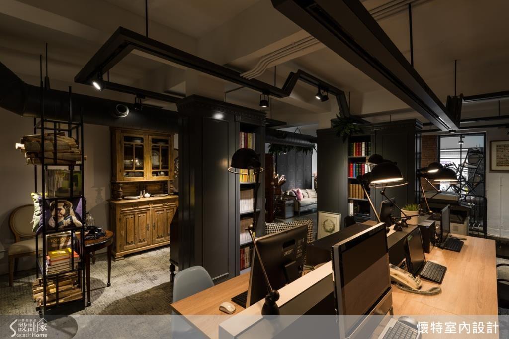 原先老屋格局凌亂,動線不順,設計師拆除牆面、打掉隔間,僅留下空間中的結構柱,將櫃體結合柱體,兼具修飾與區隔空間效果,並搭配天花板燈軌做出引導,創造流暢的行進動線;配置彈性的工作桌板插體設計,讓辦公空間可更靈活運用。