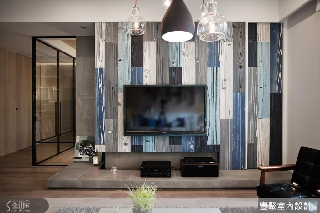 設計師將客變時拿掉的電視牆加回來,做出了特色設計,並結合鐵件與玻璃材質,隔出牆後方的書房領域,使整體空間保有通透感,視野更寬敞。