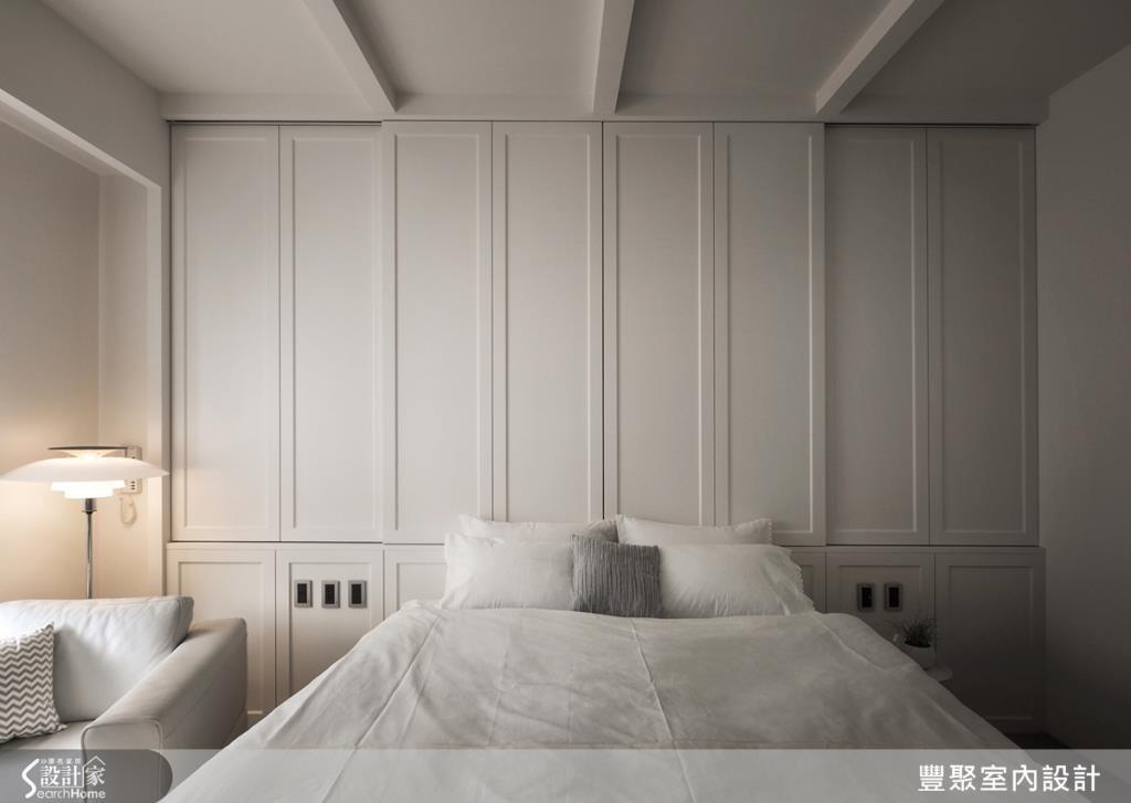 床頭牆配置隱藏櫃體,滿足收納機能,並在牆面做出線條美感,增加一點古典感。