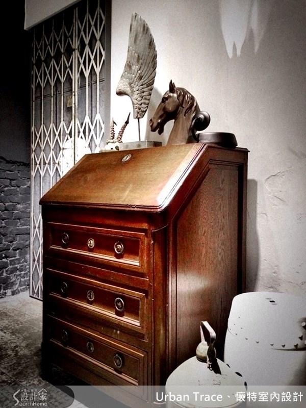 這是一張帶有故事的寫字桌,樸實的收邊特色讓它成為設計師的最愛。