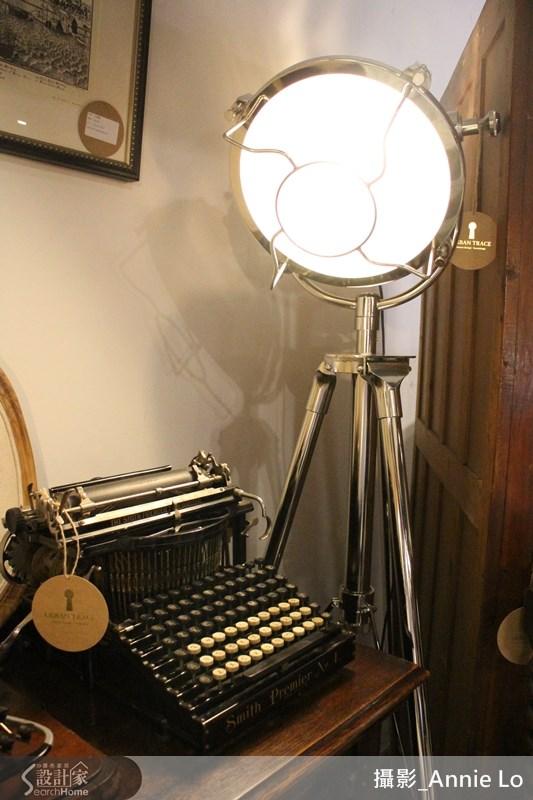 這台是 Smith Premier Typewriter No. 4 史密斯 4 號打字機,生產時間約西元 1894-1905 年,相當珍貴的百年古物。
