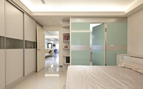 以隱藏式的烤漆玻璃門,作為浴室外門,不僅造型大方,也能輕鬆消弭雜亂的生活感。