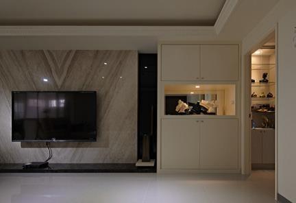 選用大理石作為電視背牆,搭配上屋主的珍貴收藏,突顯空間的大器質感。