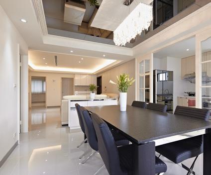 利用烤漆拉門區隔出餐、廚空間,除了可避免油煙外溢,更能妝點出空間設計的層次感。