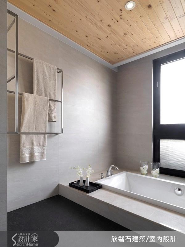 有如頂級飯店般的精緻設計,浴室以大理石壁面作為空間壁體材質,並以檀木做為天花板的點綴,真是一個療癒而紓壓的沐浴環境!