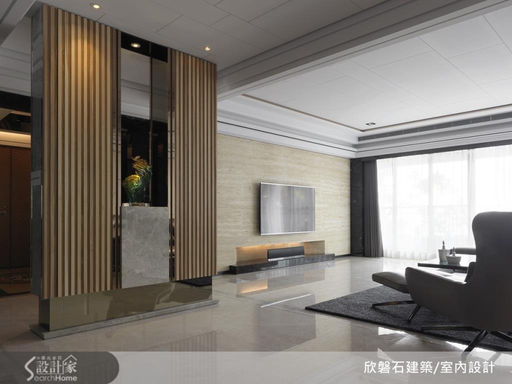 客廳的地坪採亮面材質,不僅可以展現出大器質感,並可讓室內光線更明亮。