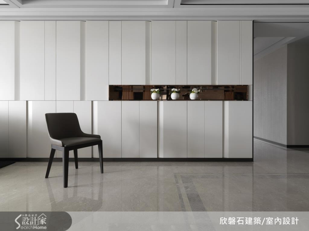 沙發背牆設計大片隱藏收納櫃體,讓空間發揮的美形收納設計。