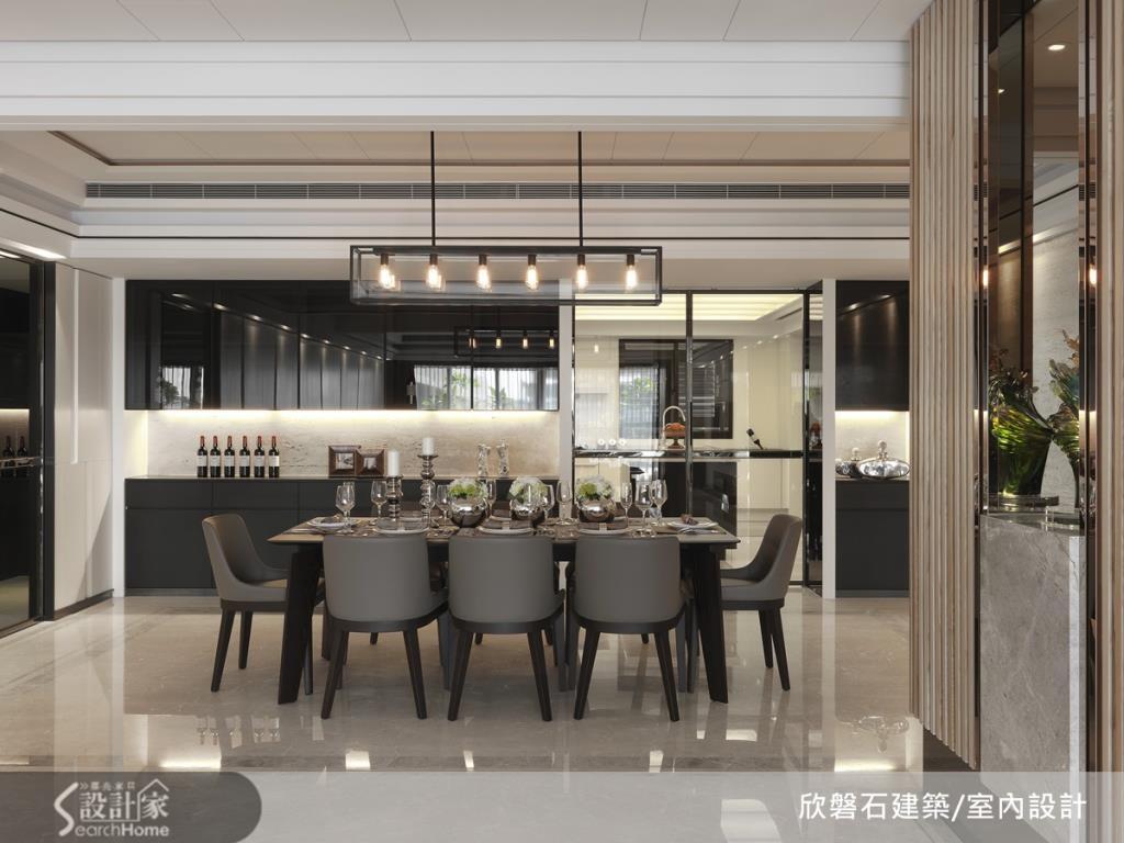 使用具穿透感材質的荼玻加鐵件作為餐廚空間的拉門,營造空間延伸感。