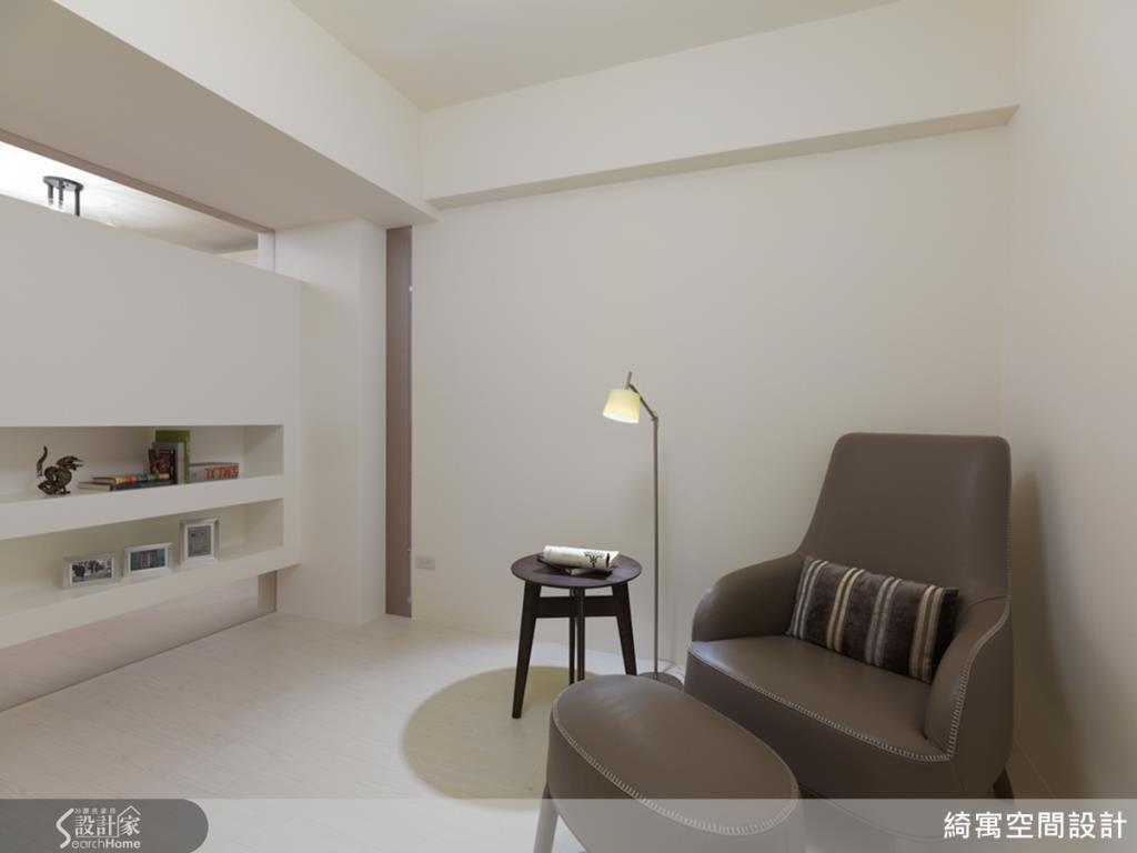 取消多餘的櫃體,再加上隔間牆面向客廳側推移,整個房間感變得寬敞許多!不論是作為書房、客房或者是未來的小孩房都很合適,讓生活空間得到更有彈性的運用。