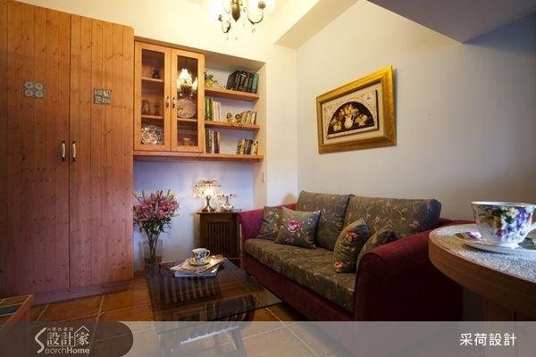 搭配木質櫃,充分運用壁面空間,挑高的空間設計,就算擺上高的櫃體,也可輕鬆消弭空間的壓迫感。