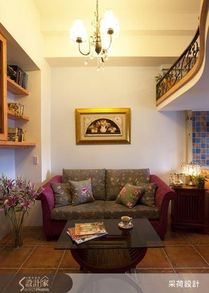 選擇布面材質的沙發,搭配花朵紋樣,展現鄉村風的氣息,上方夾層的空間,則運用鏤空雕花鐵件來裝飾,突顯出室內的柔美氛圍。