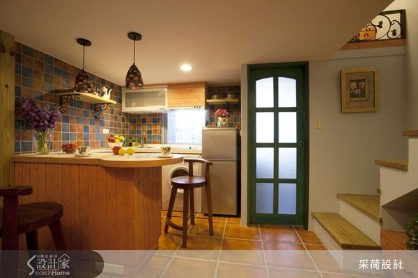 重新規畫廚具位置,並利用中島吧檯,建立起機能完整的餐廚空間,帶有造型感的檯面設計,就像是迷人的咖啡館吧檯空間,隨時能為自己沖杯咖啡,品味生活。