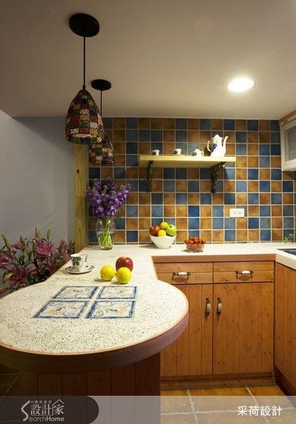 選擇亮眼色彩的馬賽克磚妝點廚房壁面,不僅讓廚房空間顯得繽紛,更刻劃出動人的鄉村風情。