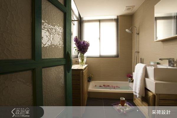 善用玻璃的特性,讓自然光灑落室內,打造出一個明亮的沐浴空間,可泡湯的設計,顯露出設計師對於空間規畫的精湛技巧。