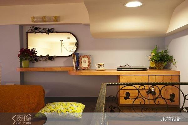 透過櫃體與層板的規劃,讓臥室也能結合書房元素,成為多功能的複合式住臥空間。