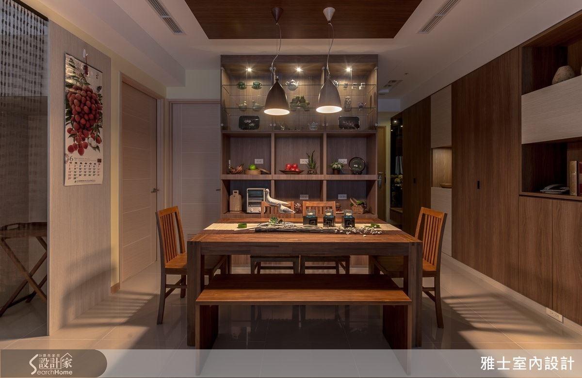 利用格櫃收納小型家電,再以木質桌椅呼應室內風格,上頭則掛上設計燈飾,創造出高機能又有情調的用餐空間。