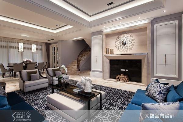 使用大理石作為牆面,並運用壁爐元素為空間美感加分,再挑選內斂沉穩的絨布沙發,並在地面擺上一張帶有幾何之美的地毯,透過各種元素的加入,使客廳空間顯露出迷人的奢華大器質感。