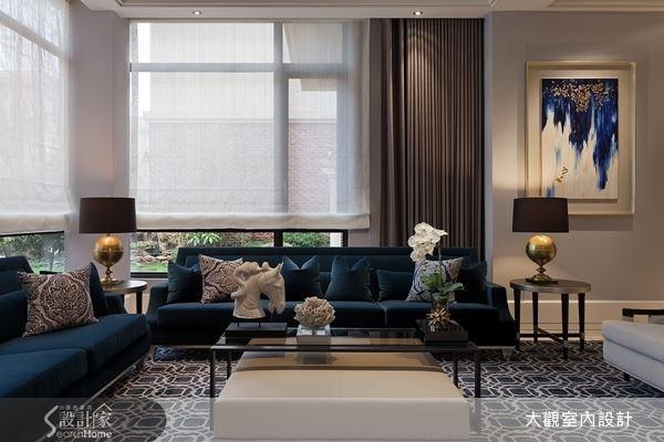 深藍絨布的沙發,再搭配上帶有宮廷圖騰感的抱枕,透過織品布料的特性,使空間瀰漫著一股歐風典雅的氣息。