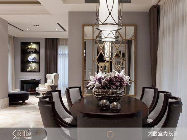 深木色的餐桌椅,讓空間帶有沉穩氣息,設計師再利用幾何造型的鏡面,為空間加入了穿透的視覺效果,使餐廳空間帶有輕重明暗的對比性。