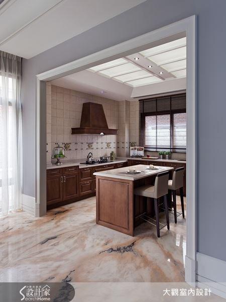 選用木質來打造的廚房空間,因為木紋質感,使餐廳空間越顯溫潤,更在牆面選擇花磚來突顯歐風風格,讓餐廳空間充滿視覺美。