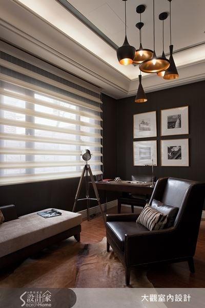 以深色為壁面,選擇皮質沙發、造型燈飾來搭配,再以四幅黑白攝影畫作來點題,讓書房空間充滿沉靜之美。