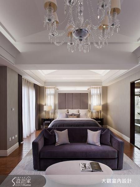 寬敞的住臥空間,上頭為造型天花配搭上水晶燈飾,床頭採紫色繃布突顯出奢華感,再以一席神秘紫絨布沙發勾勒出浪漫優雅的舒眠情懷。