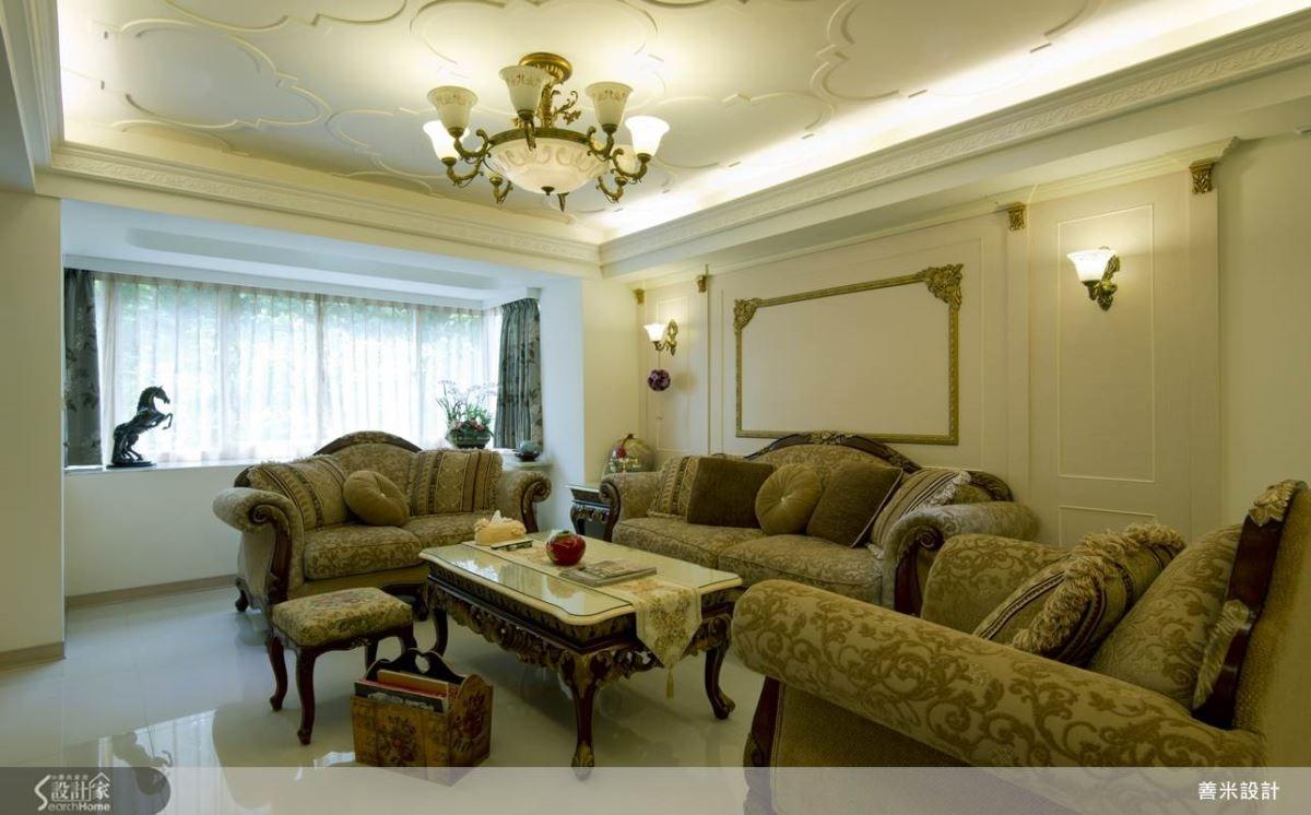 客廳沙發背牆以金框造型設計形成視覺美感,搭配精緻小巧的裝飾燈光,賦予空間藝術畫廊般的高雅調性。