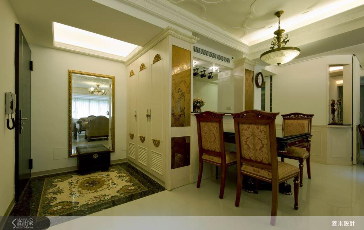 餐廳與廚房之間以吧檯做為區隔,並結合金銅鏡噴花設計,營造金碧輝煌的空間氛圍。